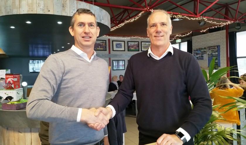 Mark-Paul Burgersdijk van Burgersdijk tennis en Peter van Haagen van Ring Pass Delft bij de ondertekening van het contract