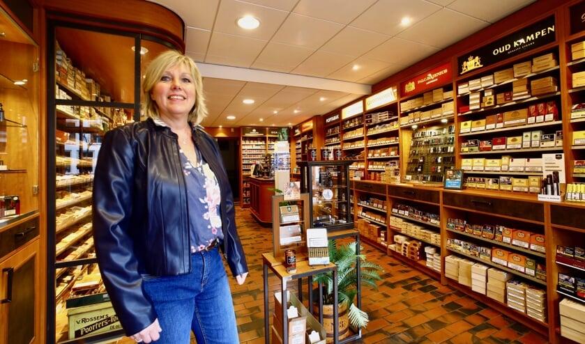 Marjolein is trots op haar tabaksspeciaalzaak (Foto: Koos Bommelé)