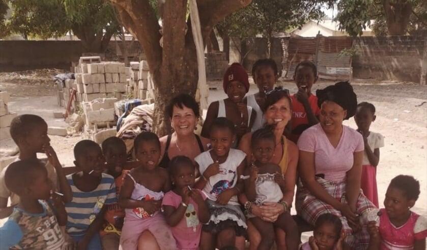 Anja en Janny doen vrijwilligerswerk voor inwoners Gambia