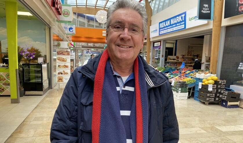 Paul Hogendijk (73), is boodschappen aan het doen in De Hoven Passage