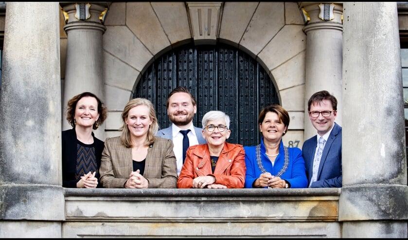 Het college van Delft, met vanaf links Martina Huijsmans (D66), Hatte van der Woude (VVD), Bas Vollebregt (STIP), Karin Schrederhof (PvdA), Marja van Bijsterveldt en Stephan Brandligt (GroenLinks)