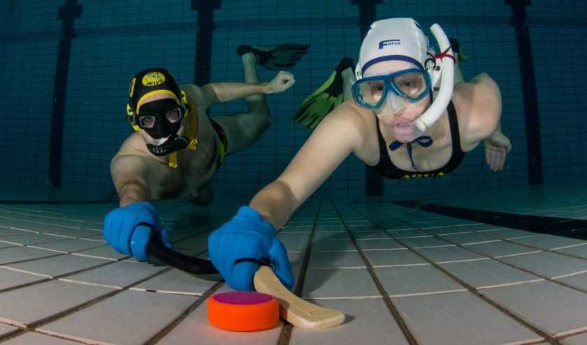 Onderwaterhockey in actie (Foto: Arie Vreugdenhil)