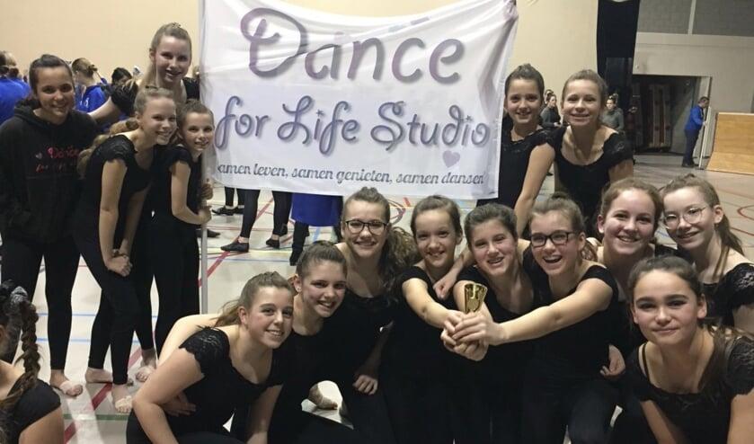 De meiden van Dance for Life Studio in betere tijden, tijdens een wedstrijd die wél door kon gaan