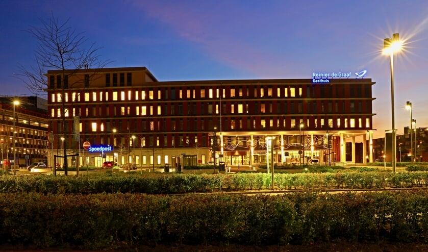 De zorg in het Reinier de Graaf ziekenhuis gaat dag en nacht door (Foto: Koos Bommelé)