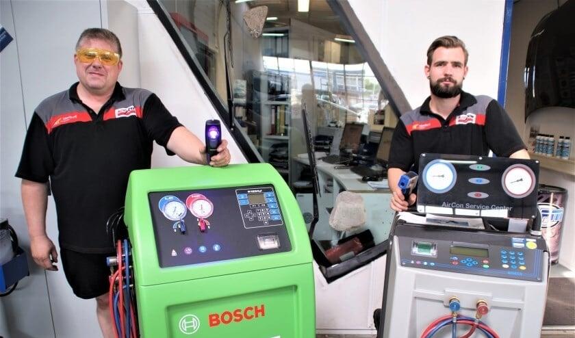 <p>De aircospecialisten Ron en Colin van Idenburg Car Solutions: 'Heerlijk gekoeld de zomer in'</p>