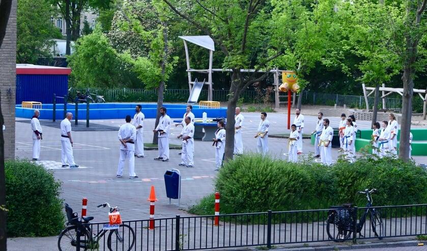 Training op het schoolplein (Foto: Koos Bommelé)