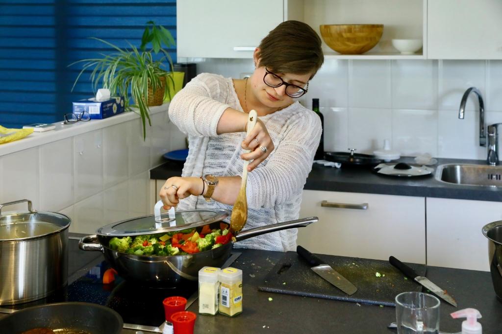 Anouschka haalt veel plezier uit koken (Foto: Koos Bommelé) Foto: KOOS BOMMELE © RODI Media-zh