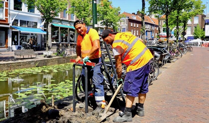 Over het plaatsen van fietsnietjes langs de Delftse grachten zijn de meningen verdeeld (Foto: Koos Bommelé)