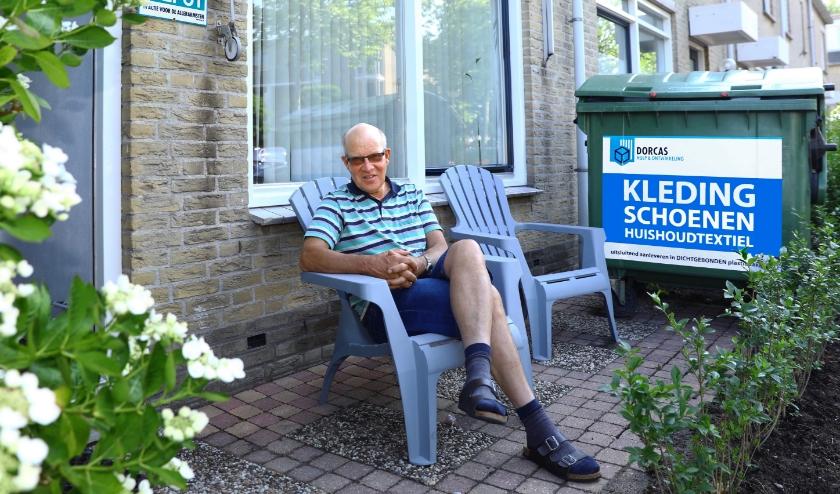 Wim van Dorp bij een van de kledingdepots. (Foto: Koos Bommelé)