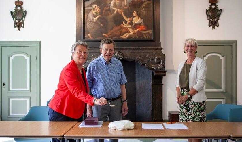 De heer C.W. Lely, mevrouw H.E. van Valkenburg-Lely en conservator Anita Jansen met de zilveren suikerstrooilepel. (Foto: Marco Zwinkels)