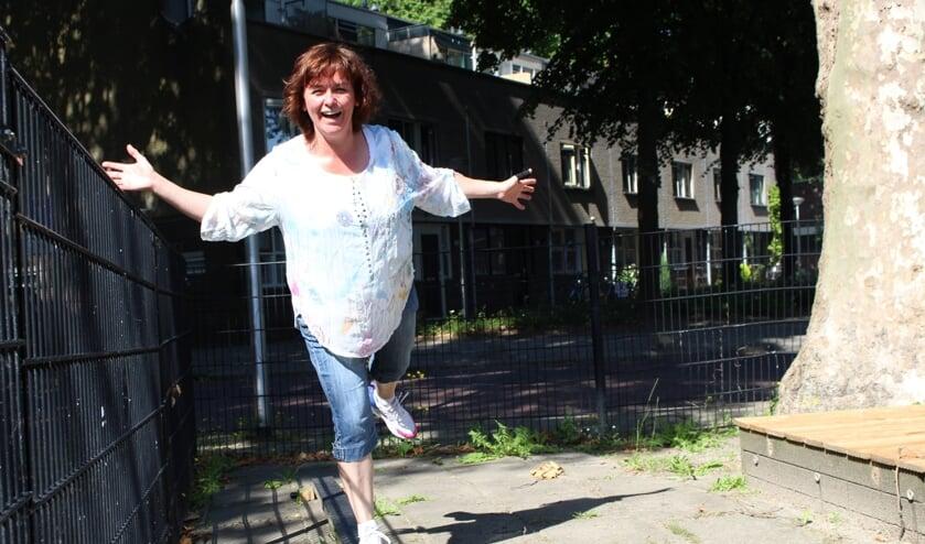 Inge Buijs demonstreert de evenwichtsbalk, één van de oefenpunten in de sport- en beweegtuin. (Foto: EvE)