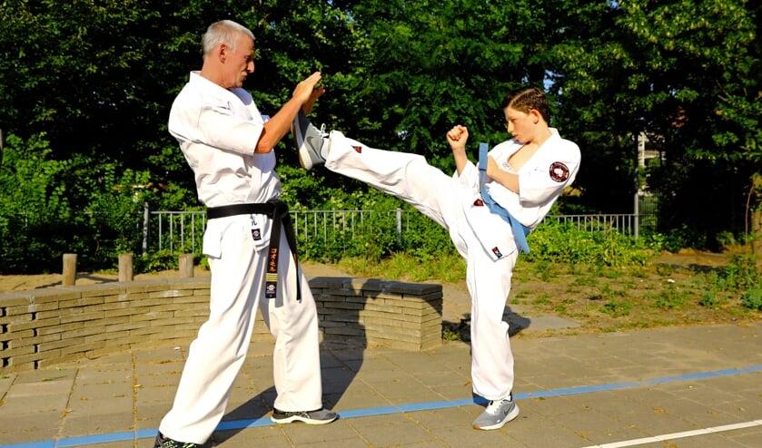 Connor met zijn trainer Cor Mol van Kyokushin Karate Delft (Foto: Koos Bommelé)