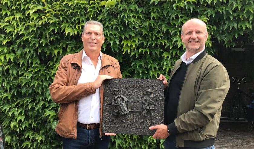 Chris Ronteltap (links) overhandigt plaquette aan projectontwikkelaar Menno Rubbens