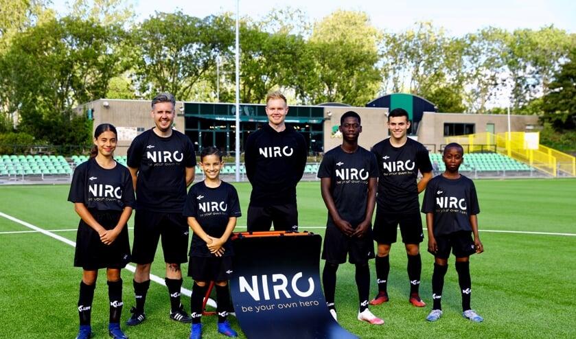 Dina (DHC), Kevin den Os (trainer), Rayan (DHC), Robbie Notenboom (trainer), Avery (Ajax), Tino (SV Den Hoorn) en Shammah (DHC) (Foto: Koos Bommelé)