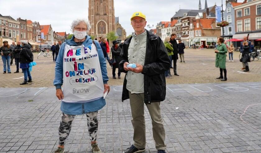 Martine Venema en Harry van Adrichem, beiden van Belangenvereniging Olofsbuurt-Westerkwartier, lieten van zich horen tijdens het protest (Foto: Koos Bommelé)