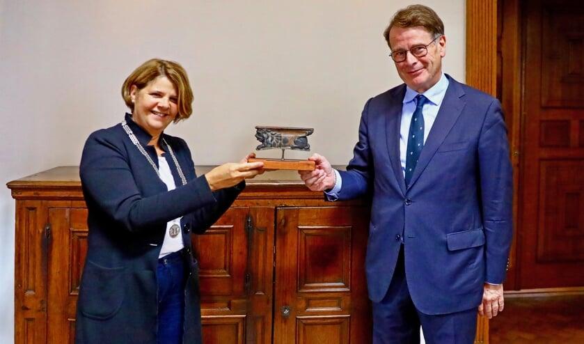 Burgemeester Marja van Bijsterveldt en directeur Carlo Huijts bij het persmoment op 10 juli (Foto: Koos Bommelé)