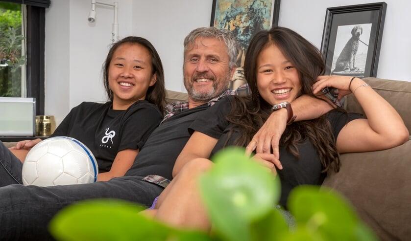 Robin Knoester, op de foto met dochters Luna en Fenne, gaat komend seizoen in één van de mooiste competities aan de slag. (Foto: Roel van Dorsten)