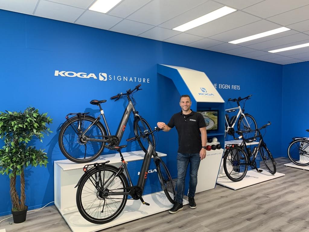 Arthur Wijtman in zijn onlangs uitgebreide fietsenwinkel aan de Westlandseweg Foto:  © RODI Media-zh