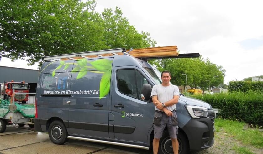 Ed is blij met de bestickering van zijn nieuwe bedrijfswagen
