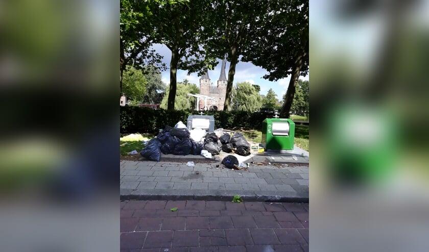 Afval heeft op verschillende plekken in Delft invloed op het straatbeeld (Foto: J. de Mooij)