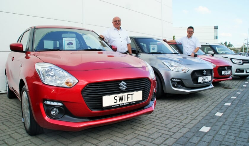 Verkoopadviseurs Jos de Graaf en Wouter de Vos bij het aanbod van de nieuwste generatie Suzuki Swift. (foto: ML)