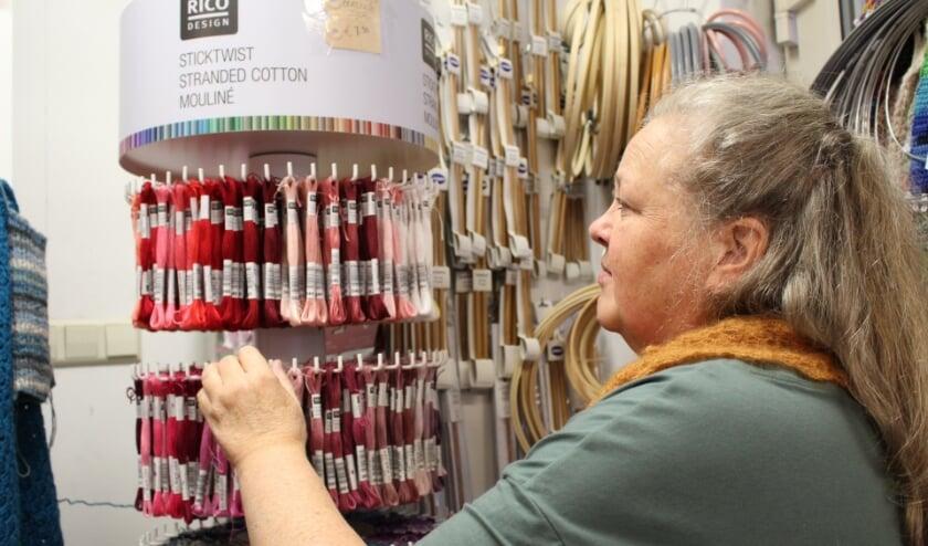 <p>Kleurrijk borduurgaren bij Monique. (Foto: EvE)&nbsp;</p>