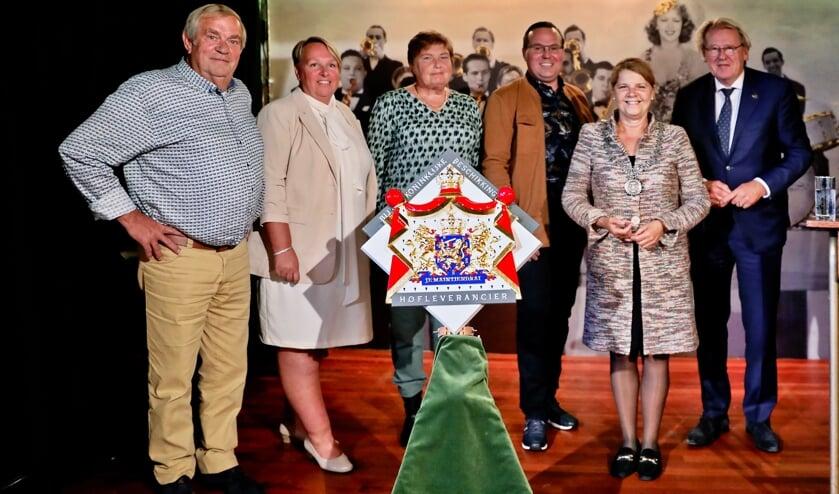 <p>Ton, Gabi, Thea en Koen van Eijk, burgemeester Van Bijsterveldt en Commissaris van de Koning Jaap Smit (Foto: Koos Bommel&eacute;)</p>