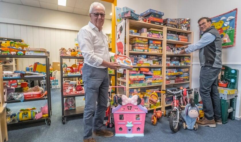 <p>&nbsp;Jos Hoozemans en Hans Nieuwpoort bij de Speelgoedbank Delft</p>