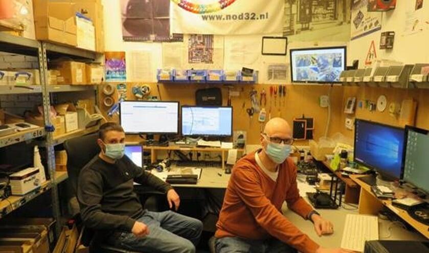 <p>Erik van Schelven (r), samen met zijn collega Rick Bosch (l) het vertrouwde gezicht van Computershop Delft </p>