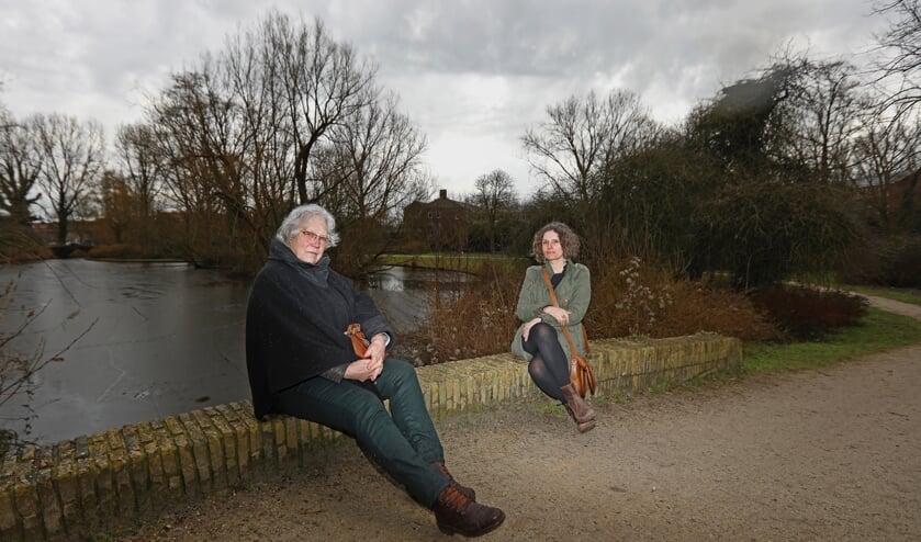 <p>Martine en Kasia starten een initiatief om het Wilhelminapark op te knappen (Foto: Koos Bommel&eacute;)&nbsp;</p>