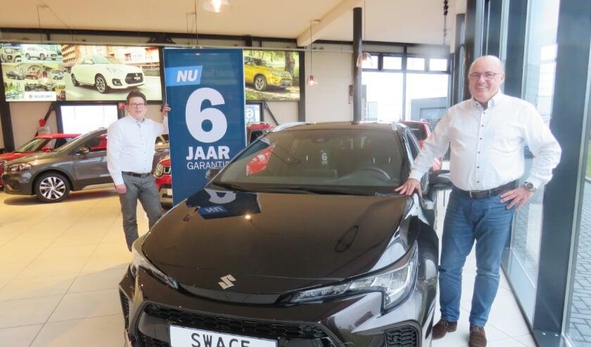Verkoopadviseurs Wouter de Vos en Jos de Graaf bij de nieuwe Suzuki Swace