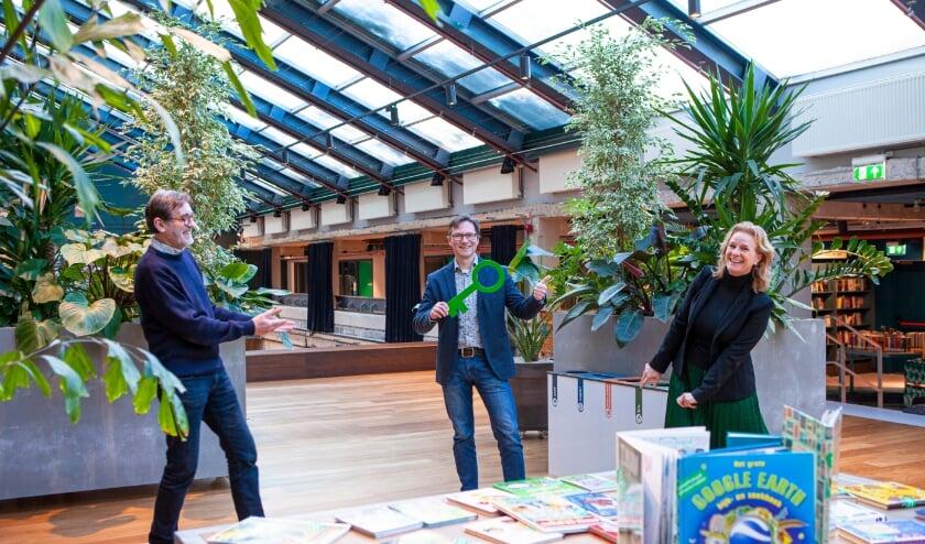 <p>Huub &rsquo;t Hoen (directeur De VAK), wethouder Stephan Brandligt en &nbsp;Margot Nicolaes (directeur DOK) in OPEN (Foto: Marco Zwinkels)&nbsp;</p>