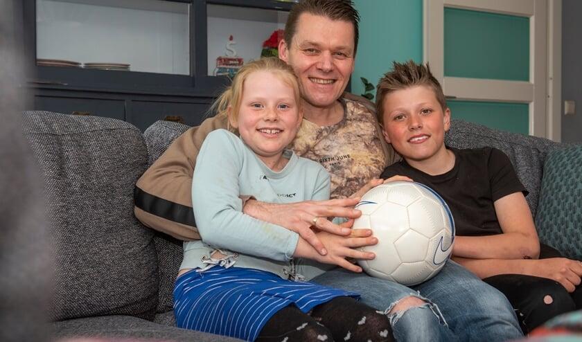 Michel van der Vlist, op de foto met dochter Jess en zoon Jim, werd na zijn carrière nog lang door tal van clubs gebeld. (foto: Roel van Dorsten)
