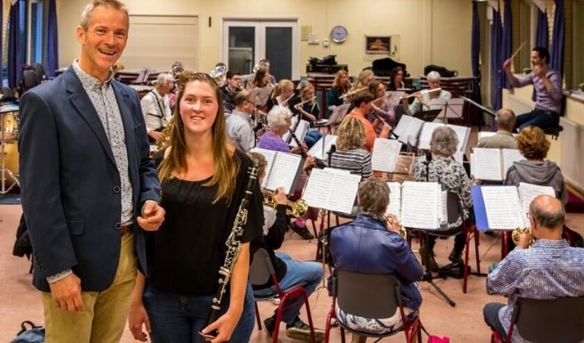<p>Charles Aangenendt voor het orkest Harmonie Nootdorp <br>(Foto: Victor van Leeuwen)</p>