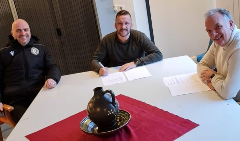 <p>Dennis Glasbergen tekent zijn contract als nieuwe hoofdtrainer van DVC</p>