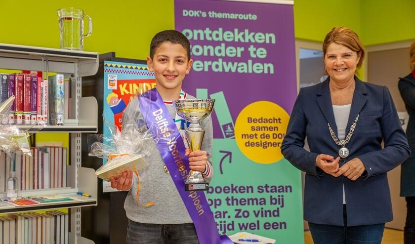 <p>Mohammed werd gehuldigd door burgemeester Marja van Bijsterveldt (Foto: Martien de Man)</p>