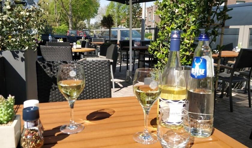 <p>Op het terras van Tout le Monde in Pijnacker kun je heerlijk toeven</p>
