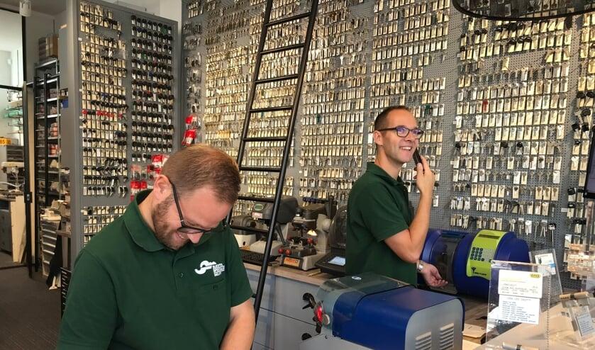 <p>Jeroen van der Werf (rechts) en &eacute;&eacute;n van zijn medewerkers in de winkel </p>