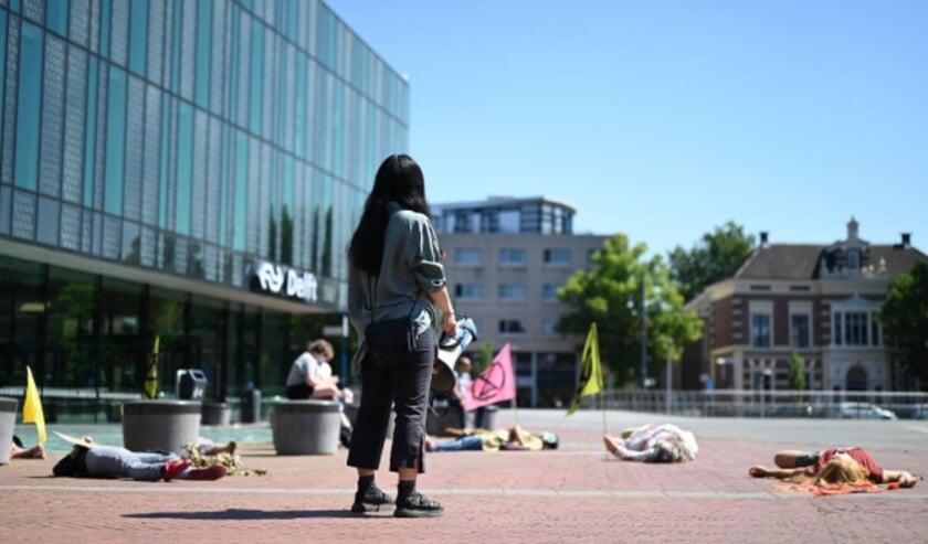 Op het Stationsplein werd afgelopen maandag de noodklok geluid (Foto: Simon Scheepers)