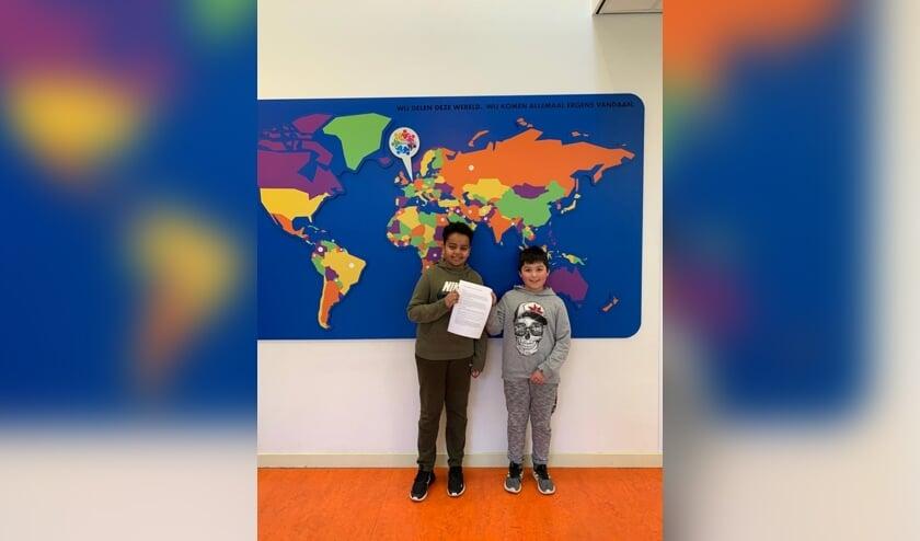 <p>Yousef en Fabian met hun betoog</p>