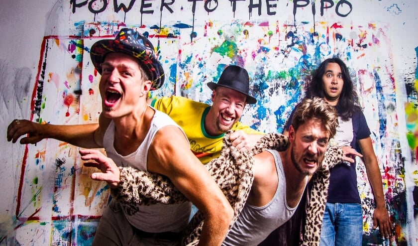 <p>De band Power to the Pipo vaart met explosieve en groovy jazzfunk muziek op de rondvaartboot door de Delftse grachten (Foto: Teis Albers)</p>