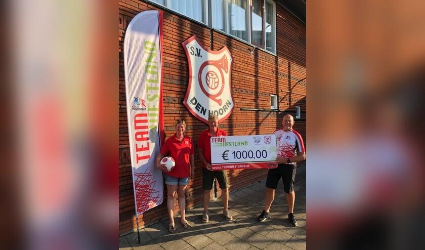 <p>Huib Zuiderwijk nam de cheque in ontvangst</p>