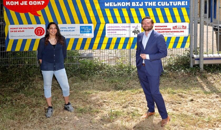 <p>Moen Mangroe van de Rode Feniks en wethouder Bas Vollebregt bij wijkcentrum The Culture, waar cultuur een mooie plek krijgt in de wijk Buitenhof (Foto: Koos Bommel&eacute;)</p>