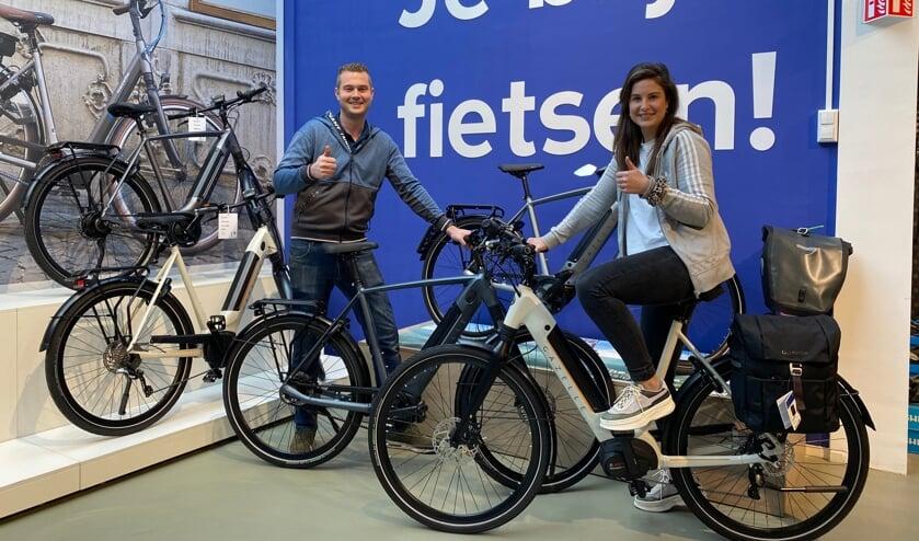 <p>Olaf (l) en Britt Karlas heten u graag welkom in de fietsenwinkel aan het Bartokpad. (Foto: PR)&nbsp;</p>