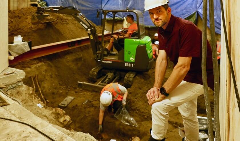 <p>Stadsarcheoloog Steven Jongma op de plek waar de eerste begravingen zichtbaar worden (Foto: Koos Bommel&eacute;)</p>