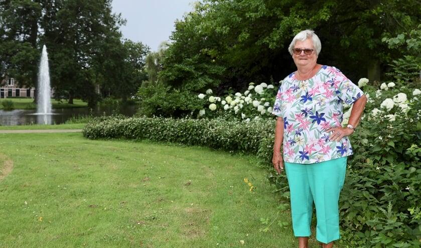 <p>Marianne in het Agnetapark, waar zij al bijna 30 jaar met veel plezier woont (Foto: Koos Bommel&eacute;)</p>