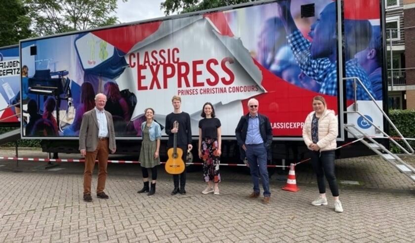 <p>v.l.n.r. Luuk Ruys(Kiwanis), Elsbet Remijn, presentatie en piano, Michael van Dijk, gitaar, Martine Velthuis, viool, Jos Hoozemans(Kiwanis), Kelly van Gasteren (BS Het Moza&iuml;ek)</p>