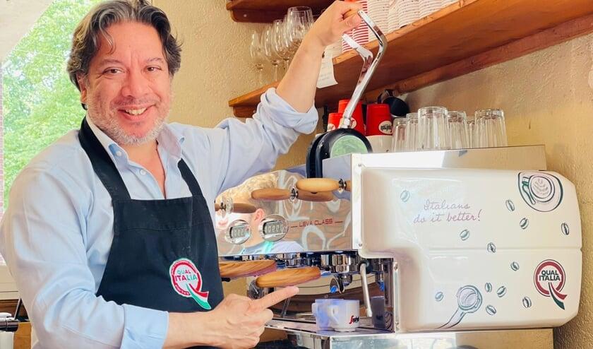 Fabio is trots op zijn nieuwe koffiemachine. Komt u proeven?