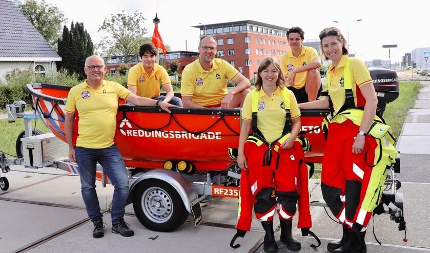 <p>Elisa (midden) met anderen van de Delftse Reddingsbrigade (Foto: Koos Bommel&eacute;)</p>