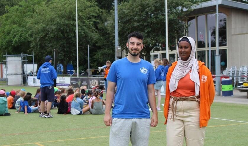 <p>Stijn (l) en Zamzam zijn vrijwilliger bij de Stichting Delftse Vakantieactiviteiten. (Foto: EvE)&nbsp;</p>